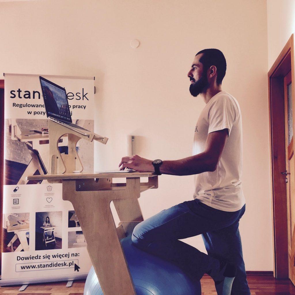 Jak ułatwić sobie życie pracując na stojąco przy komputerze