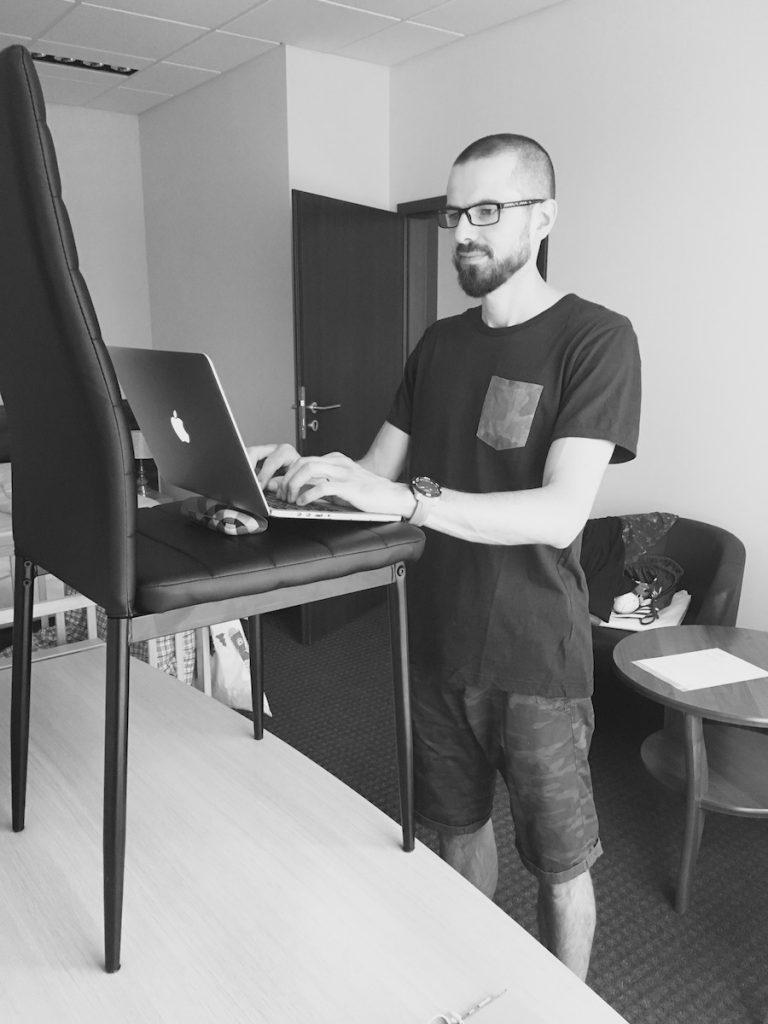 Jak radzić sobie z pracą na stojąco przy komputerze na wyjazdach? 13