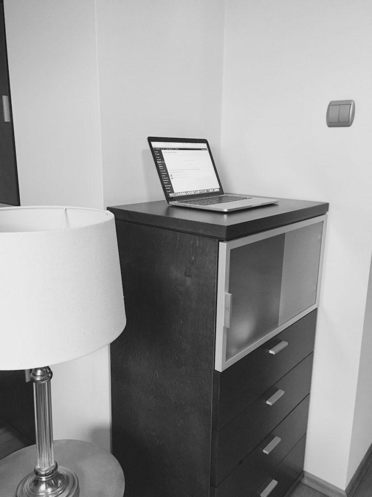 Jak radzić sobie z pracą na stojąco przy komputerze na wyjazdach? 11