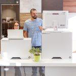 Kartonowa nakładka na biurko do pracy na stojąco