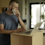 Minimalistyczna nakładka na biurko do pracy na stojąco